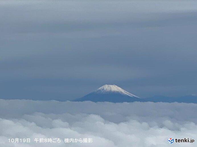 低い雲の上に 雪化粧した富士山の山頂