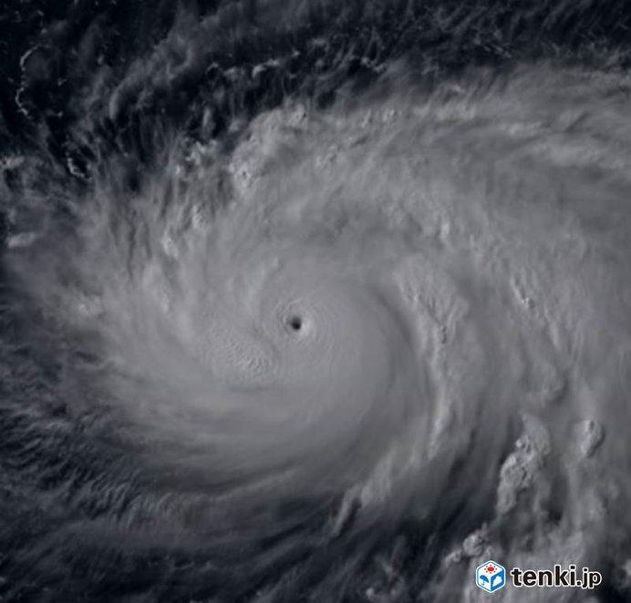 台風8号 猛烈な勢力に発達し、日本の南へ