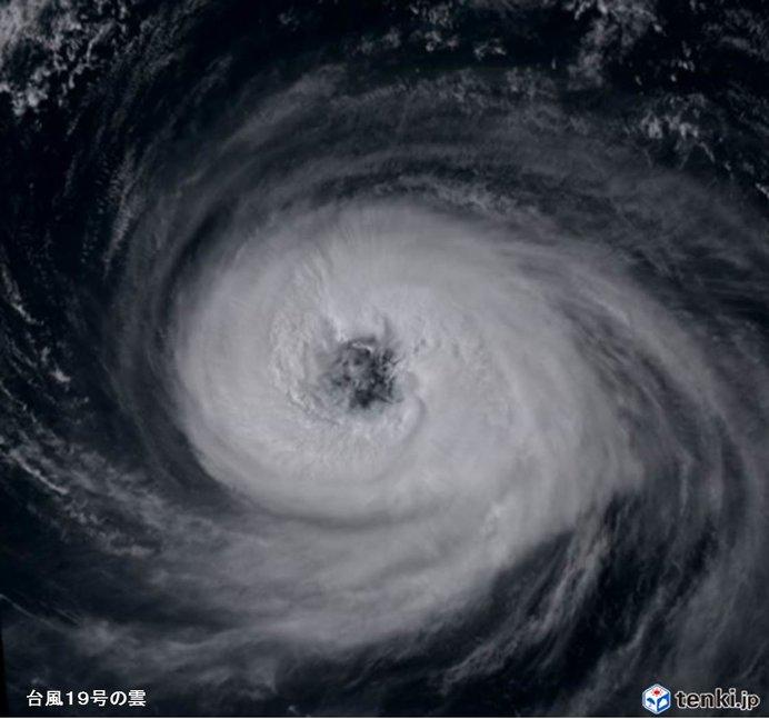 台風19号眼がくっきり 20号も発達