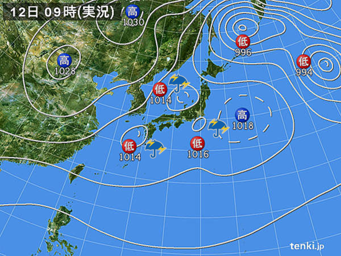 日本付近に低気圧3つ 九州で滝の...