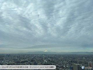 富士山にスポットライト 曇り空もくっきり