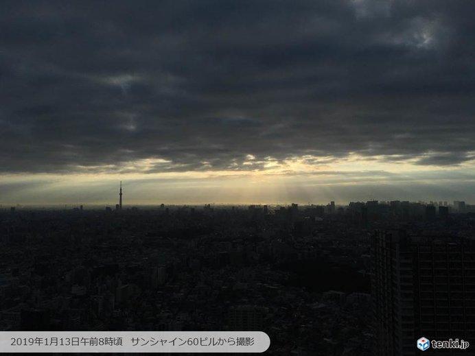 雲間から朝陽の光の筋「天使のはしご」