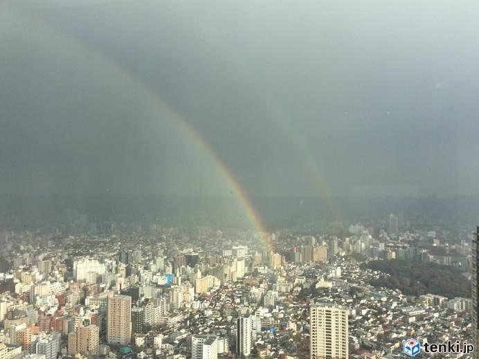 東京都心 にわか雨上がって大きな虹 2本
