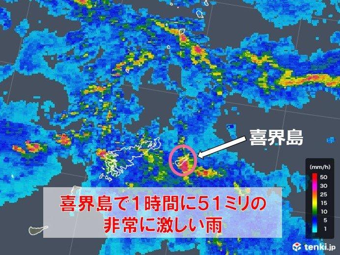 鹿児島県の喜界島で滝のような雨
