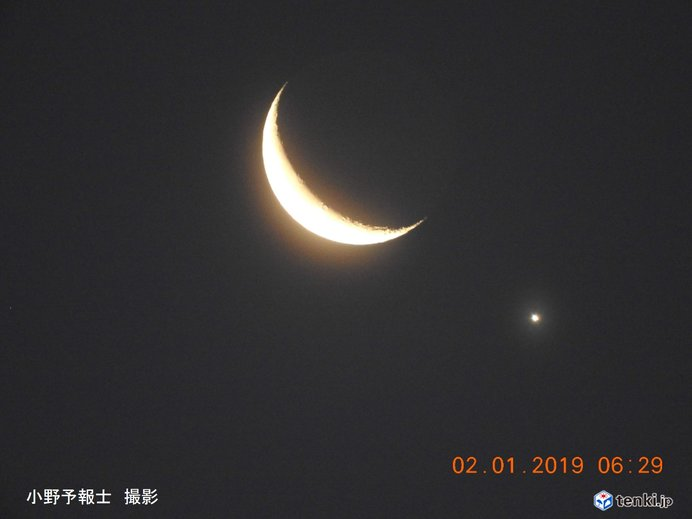 今日の日没後 地球照を伴った細い月と金星が接近_画像
