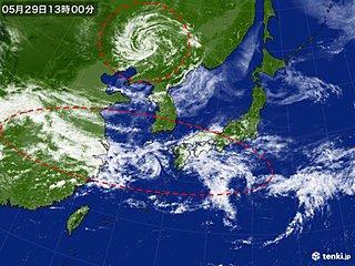 列島は広く雨 帯状の雲と台風のような渦巻