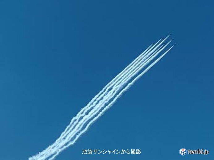 「ブルーインパルス」 東京の青空に映えた白色のスモーク_画像
