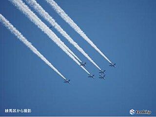 「ブルーインパルス」 東京の青空に映えた白色のスモーク
