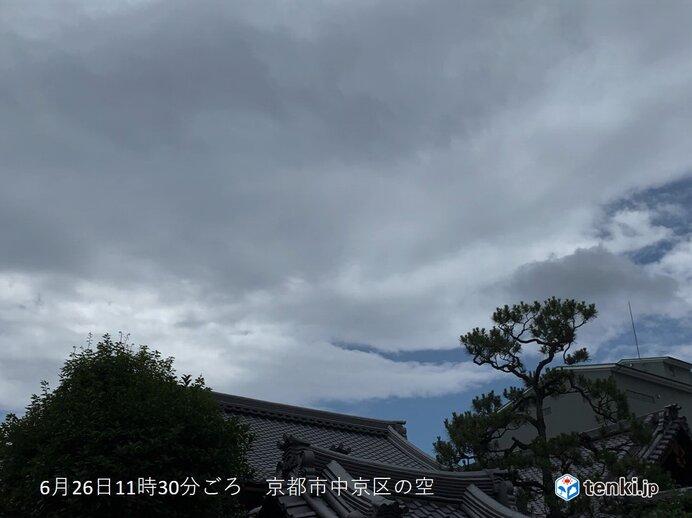 北からの黒っぽい雲は雷雨の前ぶれ