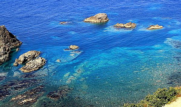 コバルトブルーの海が広がる。
