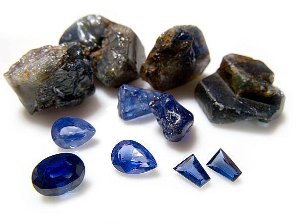 ブルーの濃淡のほか、さまざまな色合いの「サファイア」が存在する