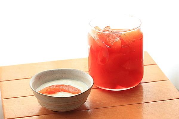 りんごの形を残し少しお酒を加えて煮つける紅玉のコンポート ほんのりピンクがきれい
