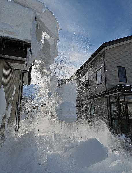 勢いよく落ちる屋根の雪。この巨大な塊が頭上に落ちてきたら…