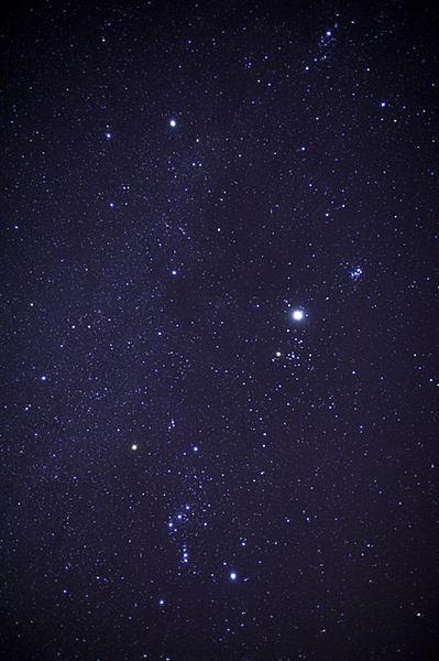 冬の夜空に輝くオリオン座