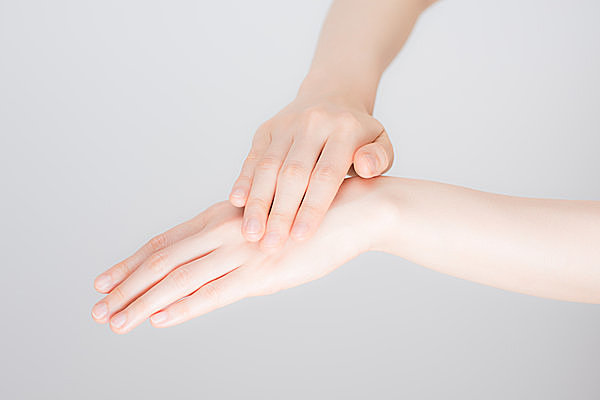 手や指を、冬の乾燥によるつらい...