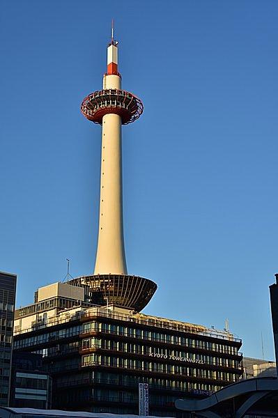 この形が目印。京都駅からスグの京都タワー
