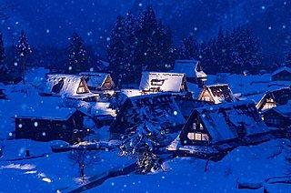 世界遺産「五箇山・相倉合掌造り集落」残雪ライトアップ。小さな山里で悠久の時を!