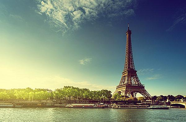 世界で一番人が集まるご長寿塔、エッフェル塔の日