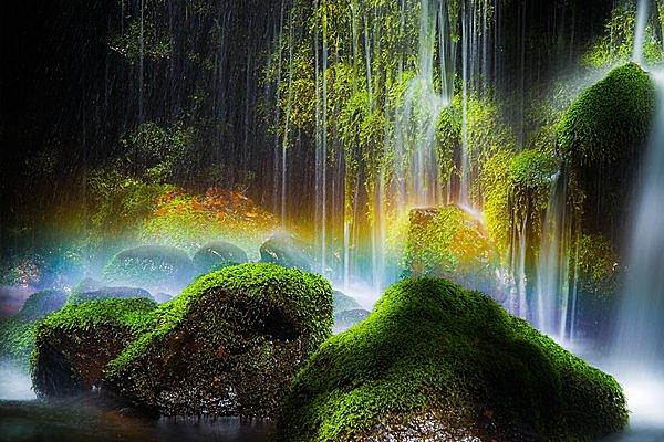渓谷の上の虹