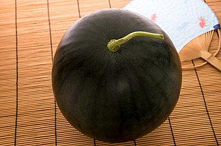 真っ黒な「でんすけすいか」。初競りは1玉50万円!! 北海道・当麻町の高級スイカ
