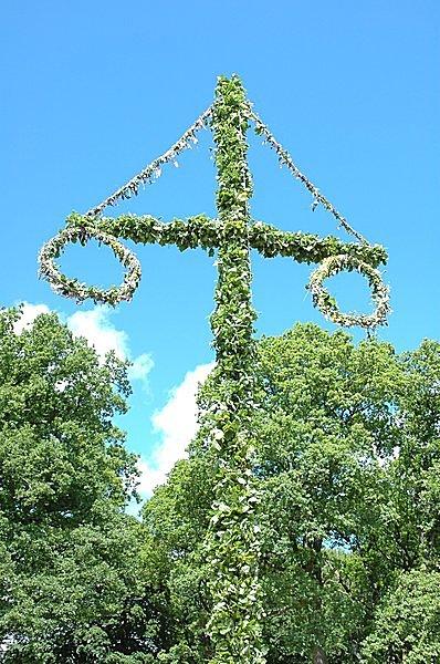 スウェーデンの夏至祭の象徴「マイストング」