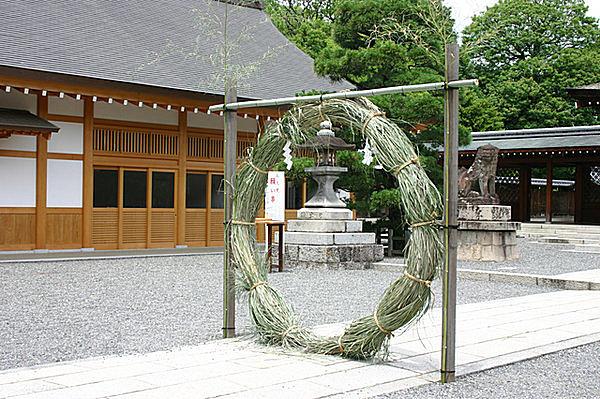 神社に飾られる「茅の輪」