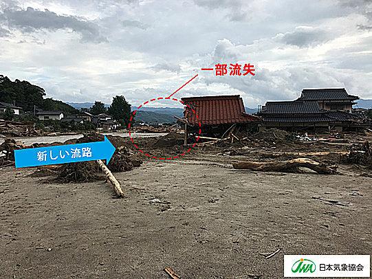 赤谷川の新しい流路によって一部流失した家屋(2017年7月8日撮影)