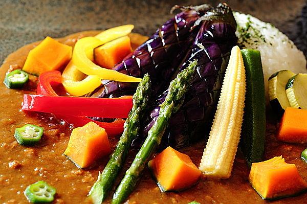 夏野菜をトッピングしたカレーは色鮮やか