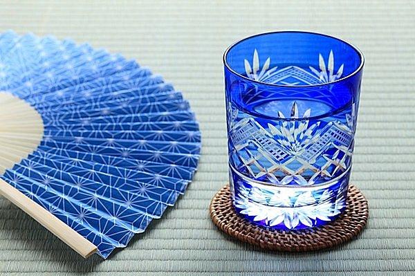 「麻の葉」模様の扇子と切子のグラス