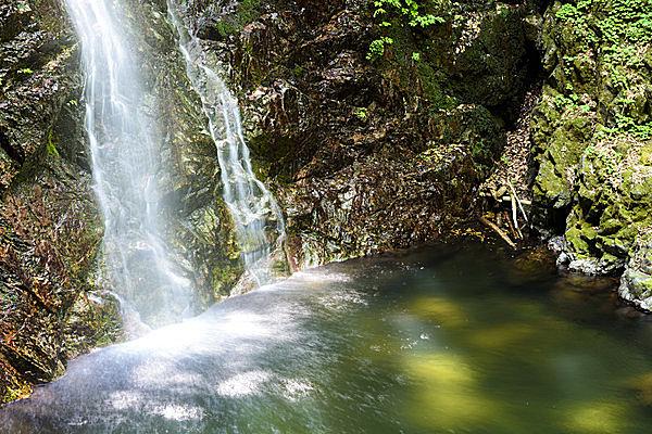 東京で唯一の滝として名高い「払沢の滝」