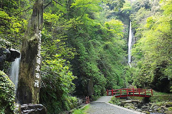 名僧・文覚上人が100日間も荒行を積んだ「洒水の滝」