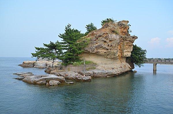 こちらは自凝(おのころ)島の有力候補として知られる「絵島」です