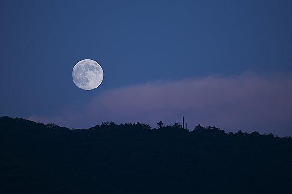 「ほぼ満月」の月も見応えあり