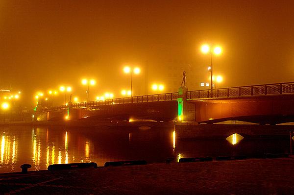 夏の夜霧にかすむ釧路の象徴、幣舞(ぬさまい)橋。霧もまた釧路の名物。