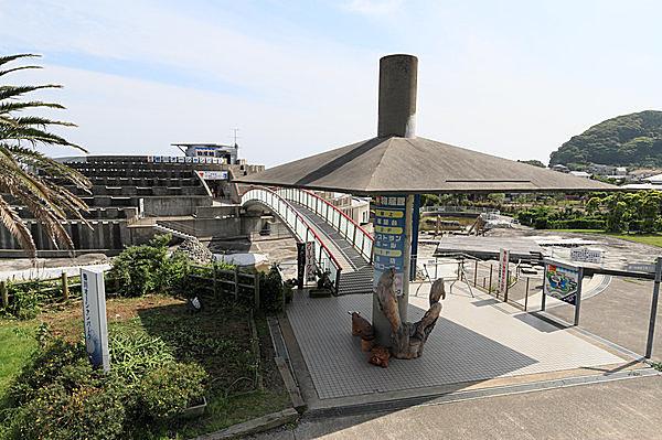 扇形のユニークな建物が特徴的な「道の駅 鴨川オーシャンパーク」