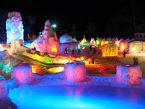 色とりどりのライトが、氷を通すとミルキーな色合いに