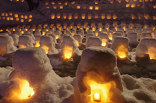 無数の雪灯籠の淡い炎に癒されます