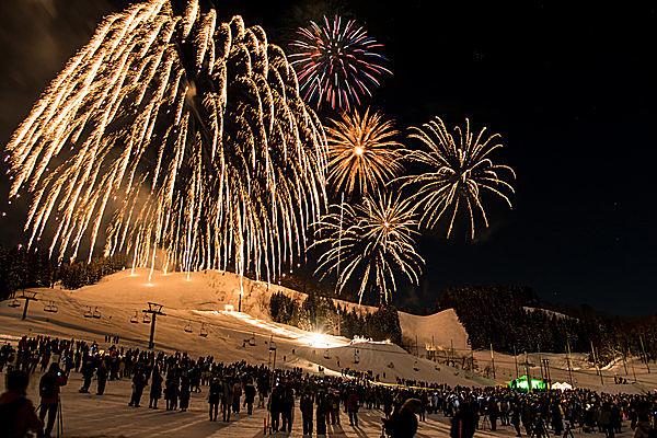 「つなん雪まつり」のフィナーレは、夜空を彩る花火