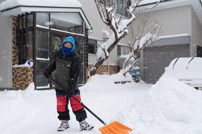 広い玄関フードのまわりも、しっかり雪かき