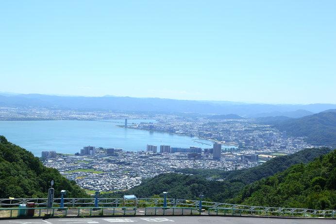 夢見が丘展望台からは、琵琶湖を照らす初日の出が観られる