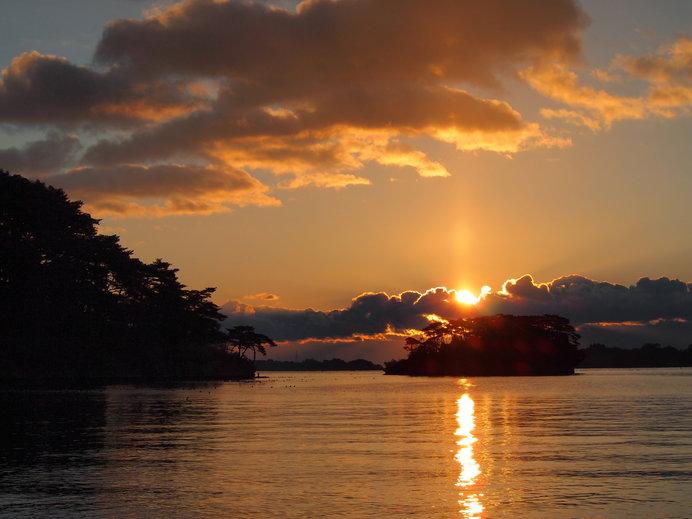 眺めていると厳かな気持ちに……。双観山から観る神々しい初日の出