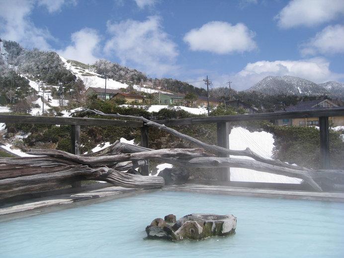 白濁した硫黄泉の万座温泉、効能豊かなことで知られます
