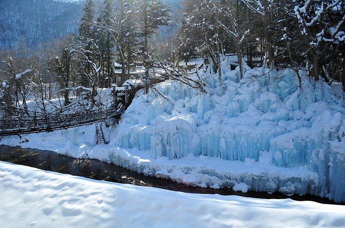 本家伴久冬の名物「氷瀑」は、露天風呂からも眺められます