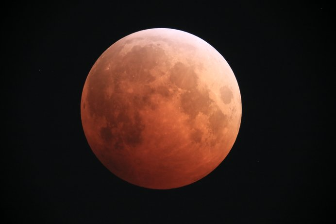 20時48分スタート。21時51分に完全皆既状態に。幻想的な赤銅色の月が見られる?