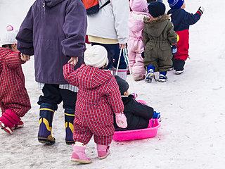 「ツナギ」を着て雪遊び!! 北海道、冬の子どもの防寒着