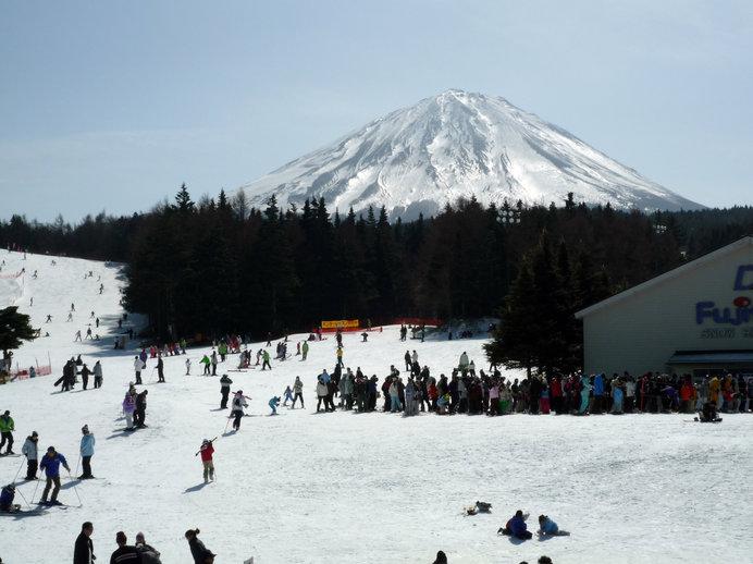 富士山が目の前にドーン!とそびえる絶景スキー場