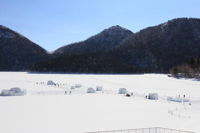 厳寒期になると氷結した湖の上に雪と氷の村が現れる!!