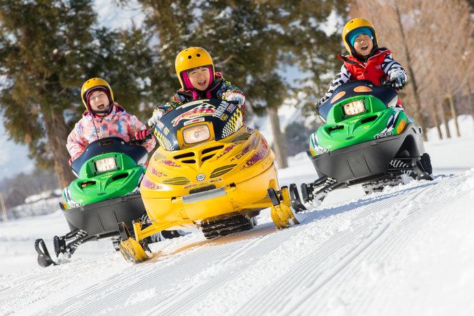 「タングラムスキーサーカス」の人気アトラクション、スノーモビル(photo:渡辺智宏)