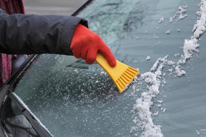フロントガラスの降雪にお湯や水をかけるのはNG。スノーブラシで除雪を!