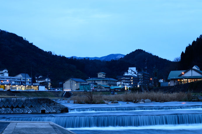 三徳川の向こうに三朝温泉の夕景